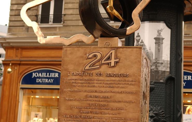 Monument empreinte des vainqueurs des 24 Heures du Mans
