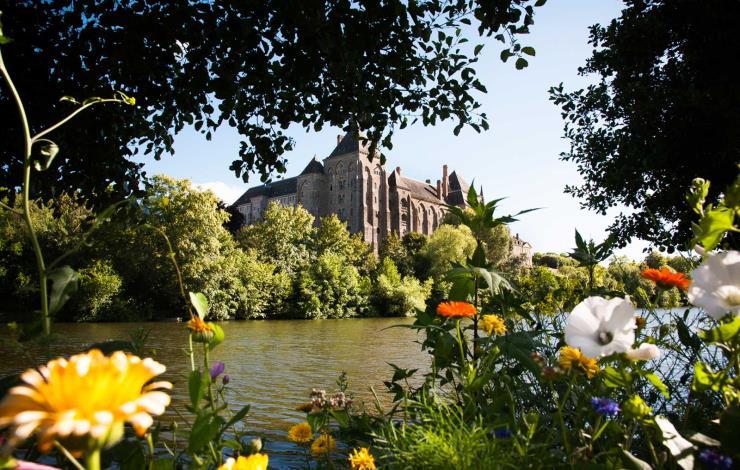 tourisme-sarthe-abbaye-de-solesmes-vue-de-la-Sarthe
